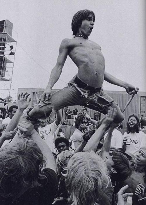 iggy pop walking on crowd