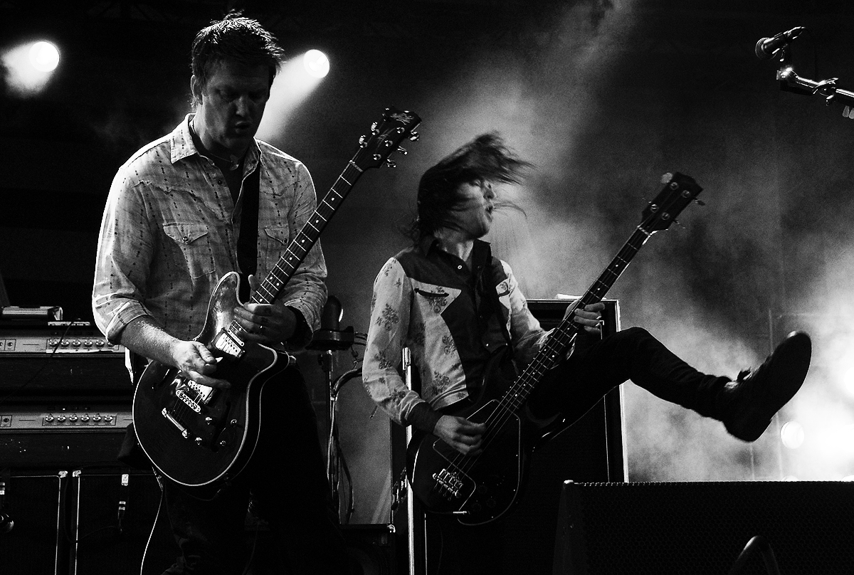 [Image: QOTSA-Queens-of-the-stone-age-photos-live.jpg]
