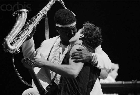 springsteen the boss clarence clemons kiss live on stage